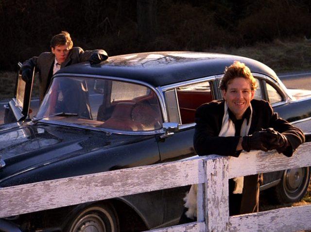 Timothy Fenwick (Kevin Bacon) steht am Auto, während Robert Sheftell (Mickey Rourke) am Gatter eines Feldes lehnt, Copyright: Turner Entertainment