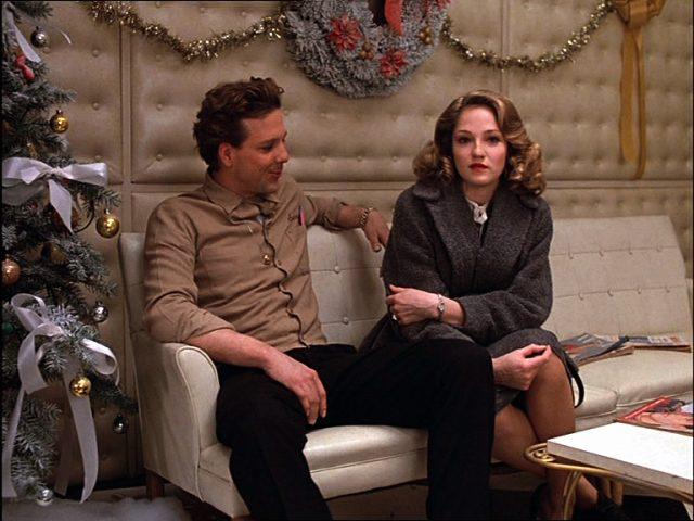 Robert Sheftell (Mickey Rourke) und Beth Schreiber (Ellen Barkin) sitzen auf einem Sofa neben einem Weihnachtsbaum, Copyright: Turner Entertainment