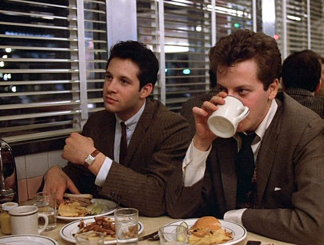 Edward Simmons (Steve Guttenberg) und Laurence Schreiber (Daniel Stern) im Diner an einem Tisch mit Essen und Getränken
