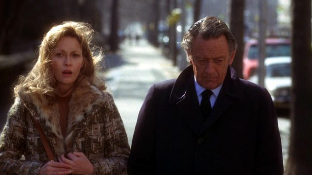 Diana Christensen (Faye Dunaway) auf einem Spaziergang mit ihrem einstigen Mentor Max Schumacher (William Holden)