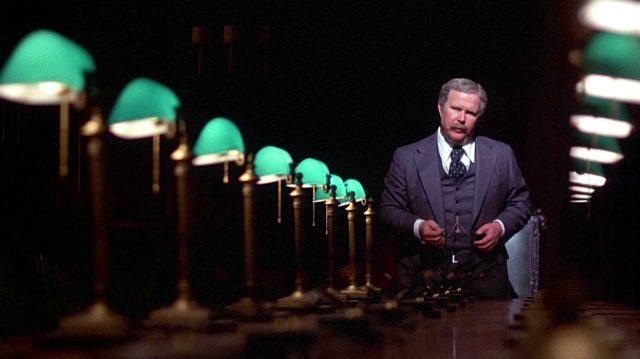 Arthur Jensen (Ned Beatty) am Kopf seines Konferenztisches