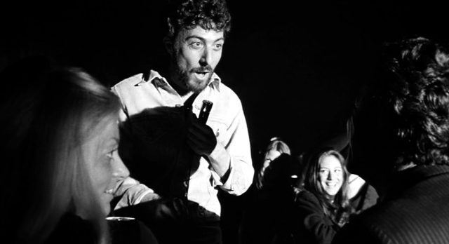 Lenny Bruce (Dustin Hoffman) während einer seiner Shows, umgeben von seinem Publikum