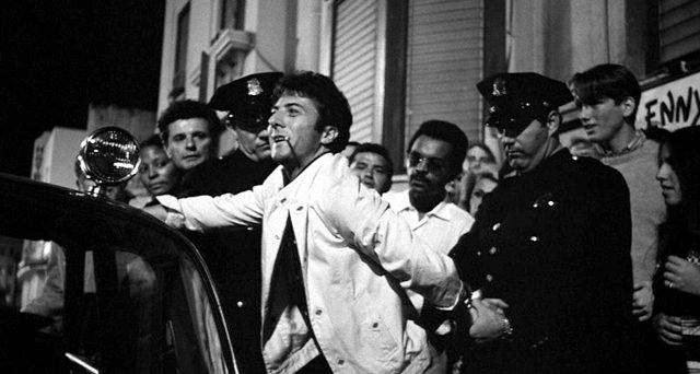 Lenny Bruce (Dustin Hoffman) wird verhaftet, Copyright: MGM