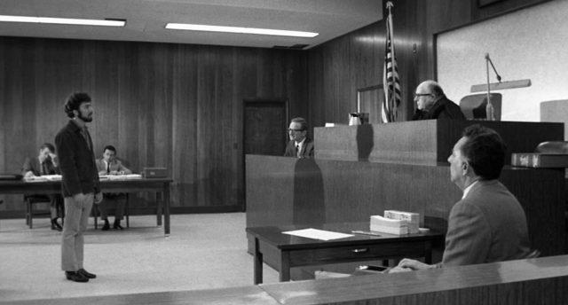 Lenny Bruce (Dustin Hoffman) vor Gericht, Copyright: MGM