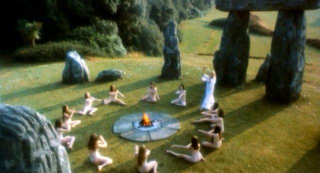 eine Gruppe nackter Frauen auf einer Wiese inmitten einer steinernen Kultstätte, Copyright: Canal+