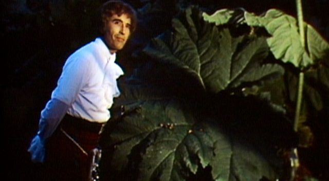 Lord Summerisle (Christopher Lee) wandelt durch die Nacht, im Hintergrund das Blatt einer großen Pflanze, Copyright: Canal+