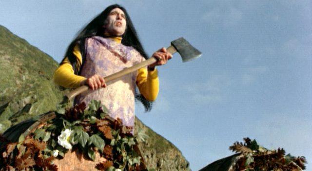 Lord Summerisle (Christopher Lee) an einem Küstenfelsen mit einem Beil und im Kostüm, Copyright: Canal+