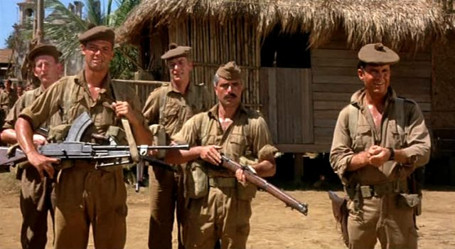 fünf Soldaten warten im britischen Stützpunkt auf den Marschbefehl