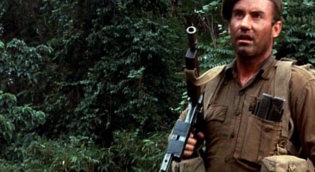 Private Jock Thornton mit Maschinenpistole beim Marsch durch den Dschungel