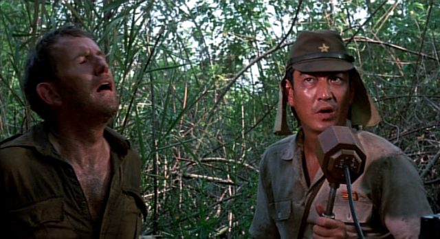 Ken Takakura als japanischer Kommandeur am Mikrofon im Dschungel