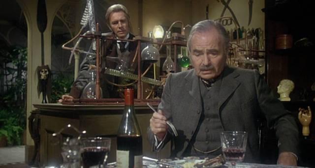 Christopher Plummer und James Mason als Sherlock Holmes und John Watson in Holmes' Appartement