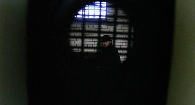 James Mason als John Watson in der Gefängniszelle