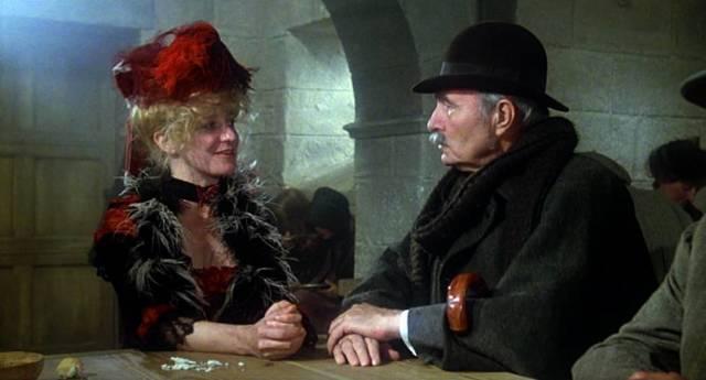 James Mason als John Watson in einem Pub
