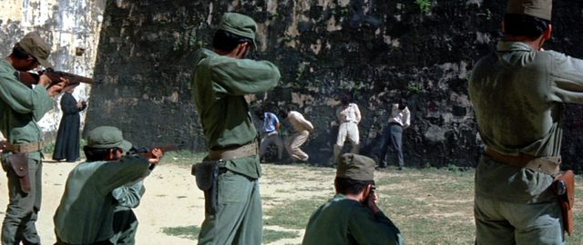 Ein Exekutionskommando erschießt an einer Wand aufgestellte Gefangene, Copyright: Twentieth Century Fox