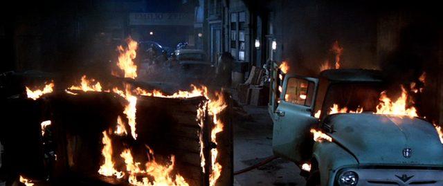brennende Autowracks in einer Stadt, Copyright: Twentieth Century Fox