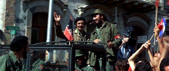 Fidel Castro (Jack Palance) auf einem Militärfahrzeug beim siegreichen Einzug, Copyright: Twentieth Century Fox