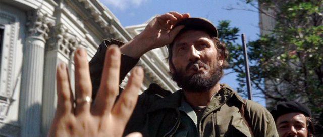 Jack Palance als Fidel Castro, mit Zigarre im Hund und der Hand an der Mütze, Copyright: Twentieth Century Fox