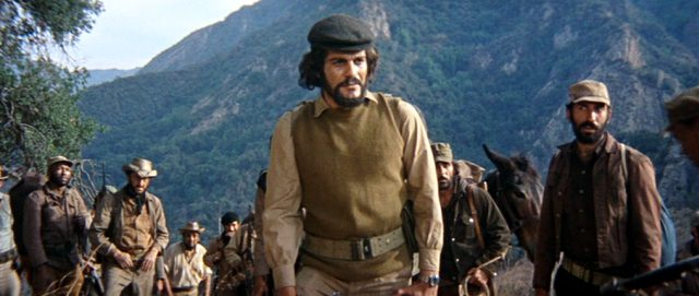 Che Guevara (Omar Sharif) mit einer Gruppe Mitkämpfer vor dem Hintergrund eines bewaldeten Bergs, Copyright: Twentieth Century Fox