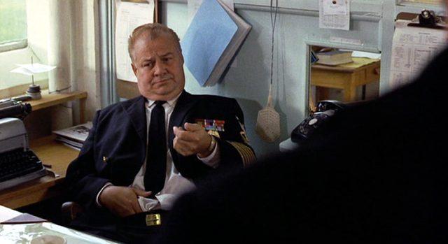 Clifton James als Marineoffizier in dessen Büro