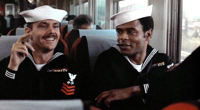 Buddusky (Jack Nicholson) und Mulhall (Otis Young) sitzen im Zug, Copyright: Columbia Pictures