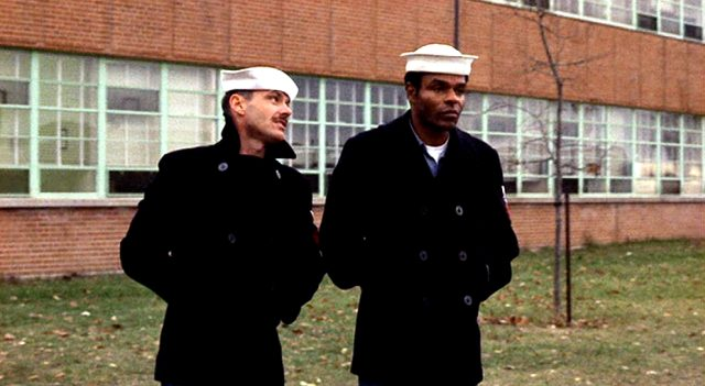Buddusky (Jack Nicholson) und Mulhall (Otis Young) vor einem Gebäude, Copyright: Columbia Pictures