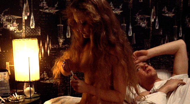 Meadows (Randy Quaid) liegt im Bordell im Bett; neben ihm sitzt eine Prostituierte, Copyright: Columbia Pictures