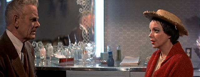 Charles Bickford und Judy Garland in der Garderobe