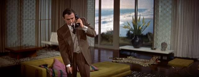 James Mason als Norman Maine in seiner Luxusvilla