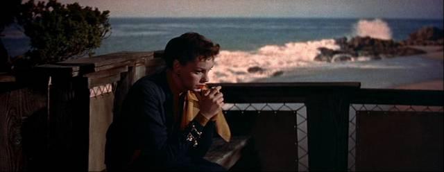Judy Garland als Esther Blodgett auf der Terrasse ihres Anwesens