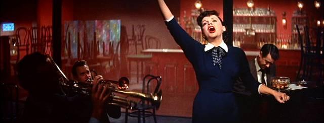 Judy Garland als ambitionierte Sängerin Esther Blodgett