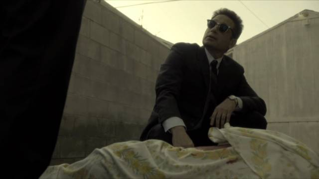 David Duchovny als Mordkommissar Sam Hodiak an einem Tatort