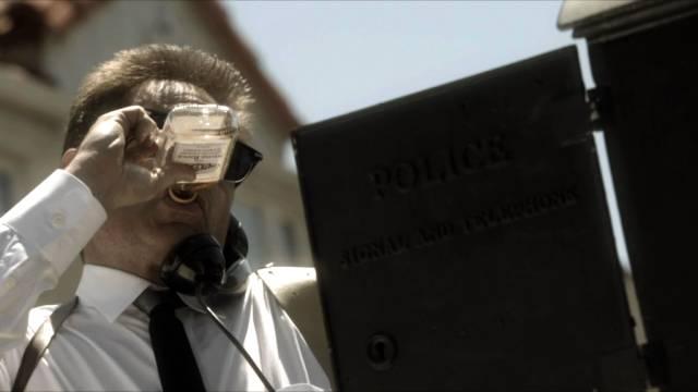 David Duchovny als Sam Hodiak am Telefon mit Whisky-Flasche