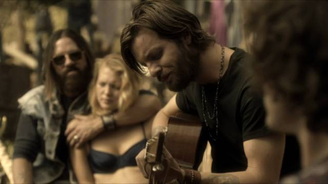 Gethin Anthony als Gitarre spielener Charles Manson, Copyright: Tomorrow ITV Studios