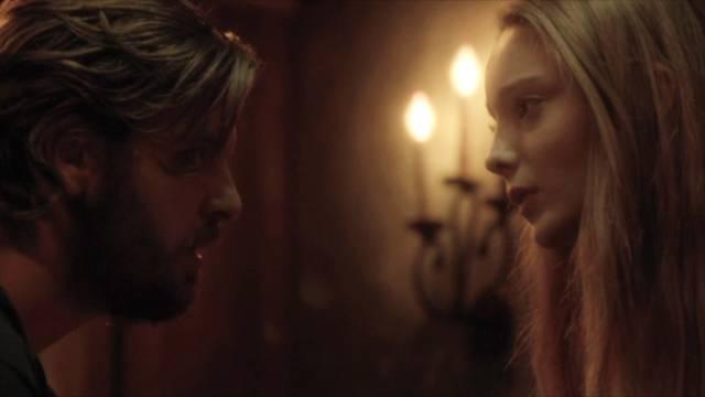 Gethin Anthony als Charles Manson und Emma Dumont als Emma Karn, Copyright: Tomorrow ITV Studios