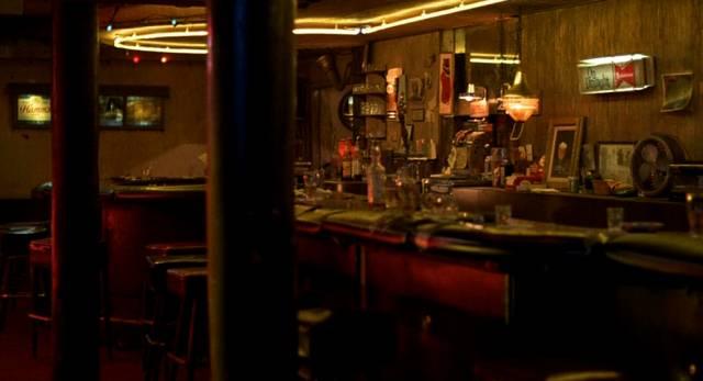 eine menschenleere, beleuchtete Bar