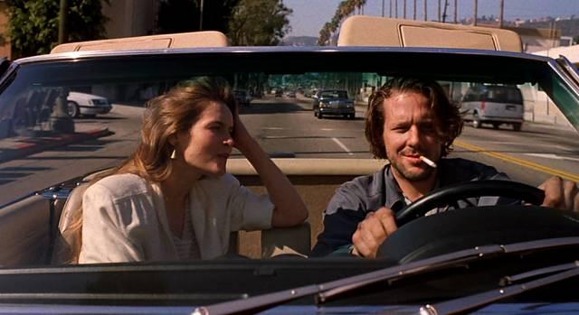 Alice Krige als reiche Verlegerin und Mickey Rourke als poetischer Alkoholiker unterwegs im Mercedes SL Cabrio