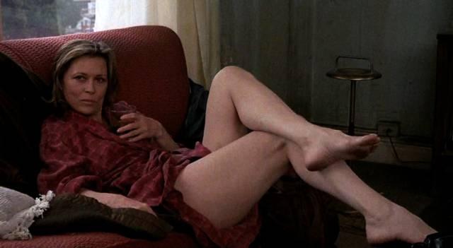 Faye Dunaway als Alkoholikern Wanda auf dem Sofa ihres Appartements