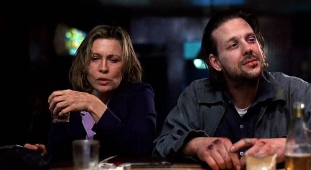 Faye Dunaway und Mickey Rourke als die beiden Alkoholiker Wanda und Henry mit Drinks an der Theke