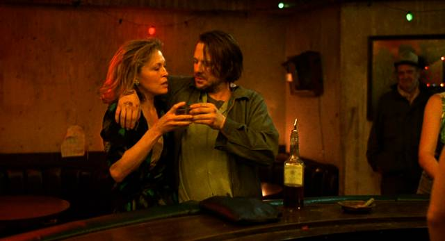Faye Dunaway und Mickey Rourke als die beiden Alkoholiker Wanda und Henry stoßen mit Whisky in einer Bar an