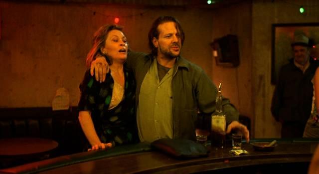 Faye Dunaway und Mickey Rourke als die beiden Alkoholiker Wanda und Henry in einer Bar an