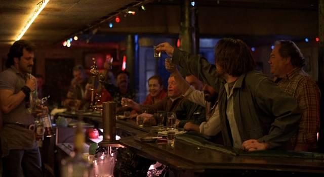 Frank Stallone als Barkeeper Eddie und Mickey Rourke als Trinker Henry in einer gut besuchten Bar, Copyright: MGM