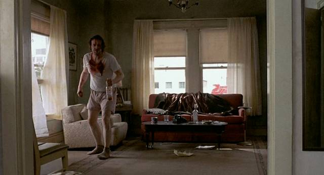 Mickey Rourke als Alkoholiker Henry im unordentlichen Appartement, Copyright: MGM