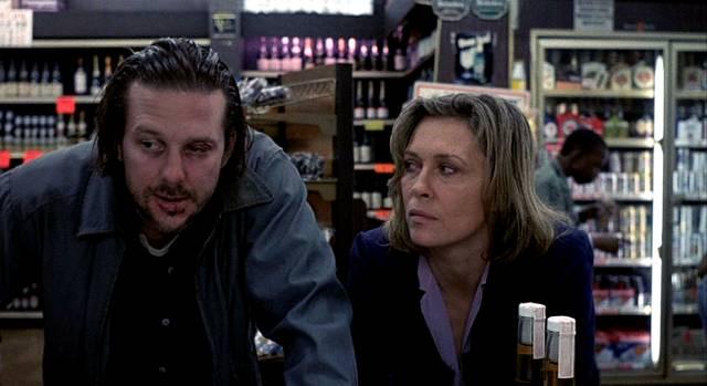 Mickey Rourke und Faye Dunaway als Alkoholiker Henry und Wanda beim Whisky-Kauf