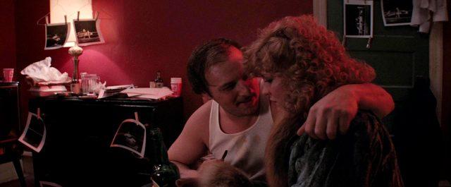 Manny Karp (Dennis Franz) spricht in seinem Appartement mit Sally (Nancy Allen), Copyright: Viscount Associates