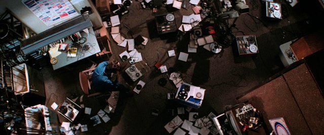 Jack Terry (John Travolta) sitzt in seinem verwüsteten Schneideraum, Copyright: Viscount Associates