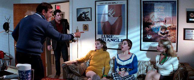 Jack Terry (John Travolta) steht in der Tür hört einer Schreiprobe zu, Copyright: Viscount Associates