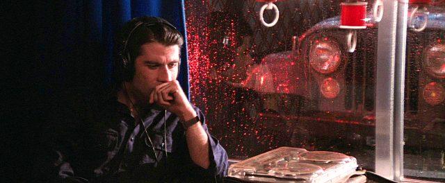 Jack Terry (John Travolta) sitzt in einem Motelzimmer und hört sich ein Tonband an, Copyright: Viscount Associates