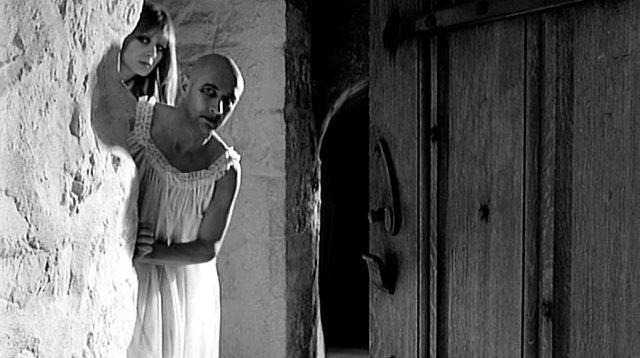 Teresa (Françoise Dorléac) und George (Donald Pleasence) schauen hinter einer Wand hervor