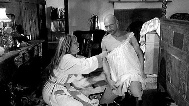 Teresa (Françoise Dorléac) und George (Donald Pleasence) beim Herumalbern im Schlafzimmer