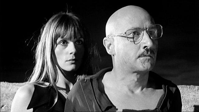 Teresa (Françoise Dorléac) und George (Donald Pleasence) stehen nachts auf der Terrasse ihrer Burg, Copyright: Compton-Tekli Film